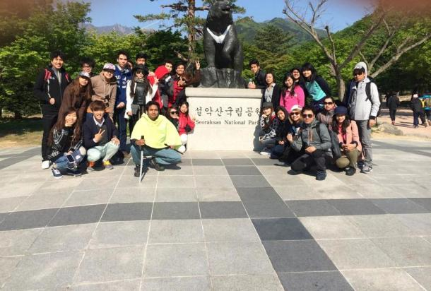 4 Seoraksan group photo with bear